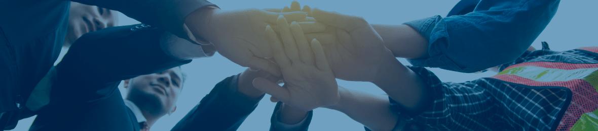 輪になって手を合わせる人々